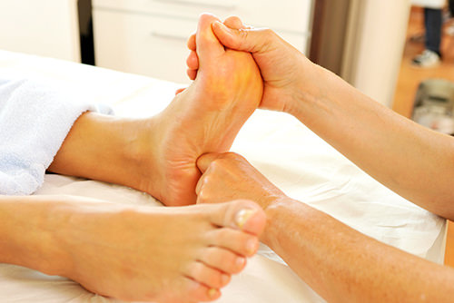 Fußreflexzonenmassage - Behandlungsmethoden Physiopraxis Antosik
